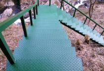 里山遊歩道内鉄階段塗装